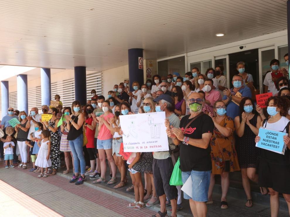 Un centenar de personas han acudido a la concentración en las puertas del Hospital San Jorge