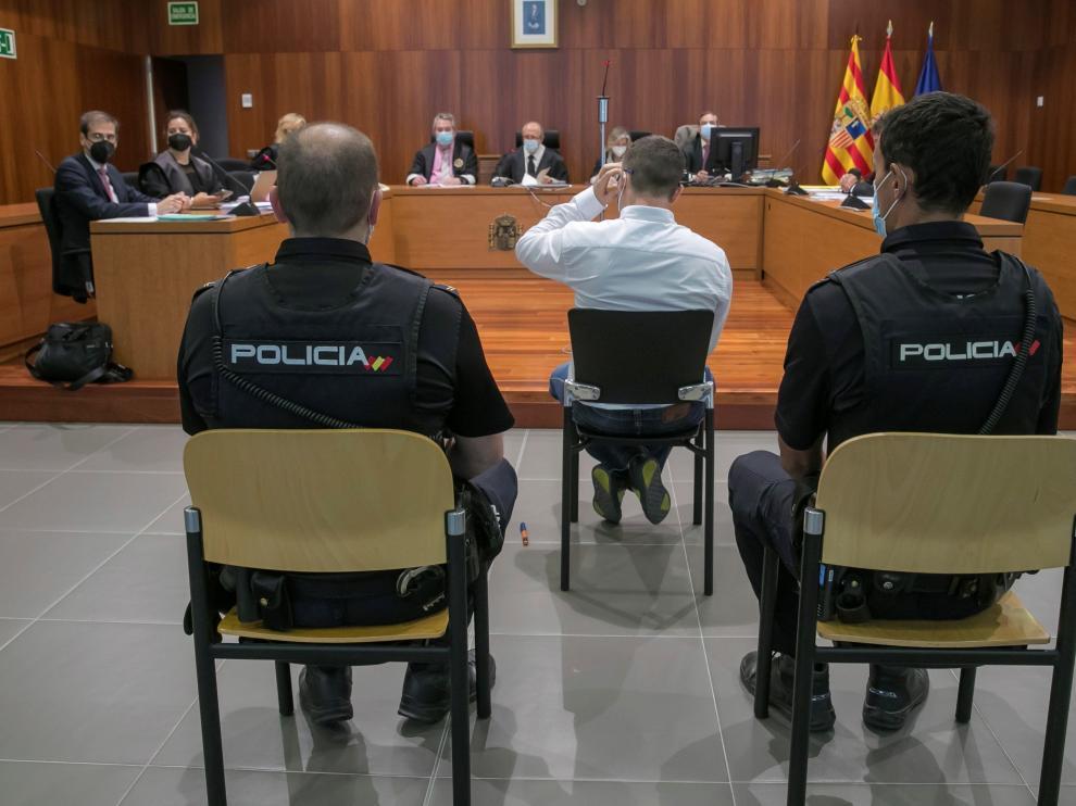 Este lunes ha comenzado en la Audiencia de Zaragoza el juicio contra el hombre que en mayo de 2019 intentó degollar a su expareja en el interior de un coche en el barrio de Miralbueno.