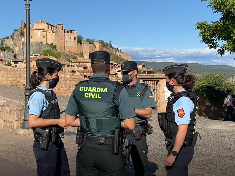 Gendarmes y guardias civiles patrullan en Alquézar.