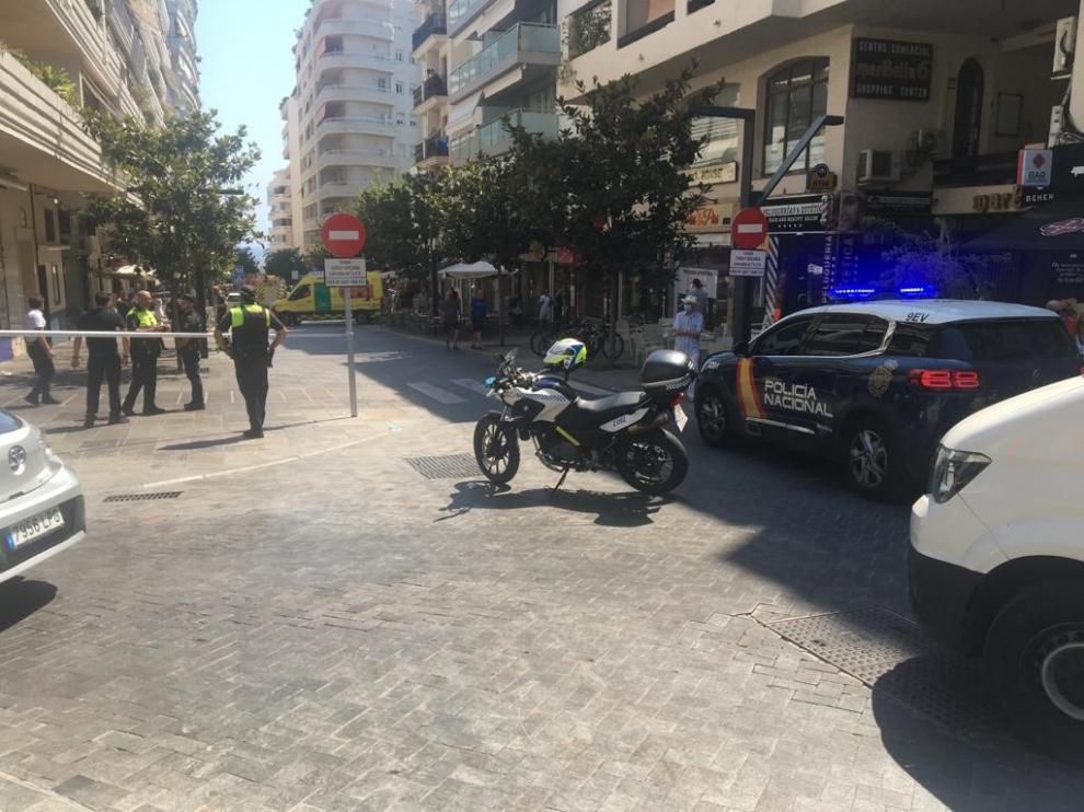 Varios policía en la terraza atropellada en Marbella.