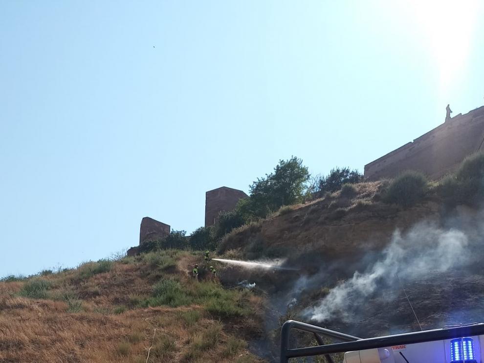 Incendio en la ladera del Castillo de Monzón