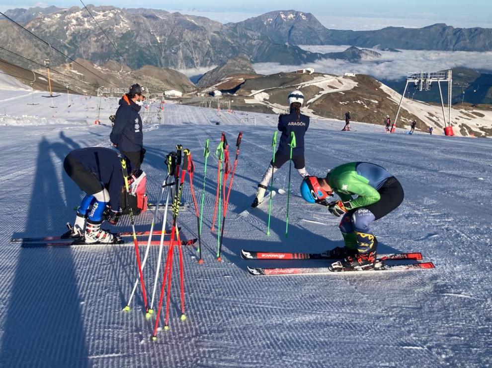 Los deportistas del CETDI Alpino, en la estación de esquí francesa de Les Deux Alpes.