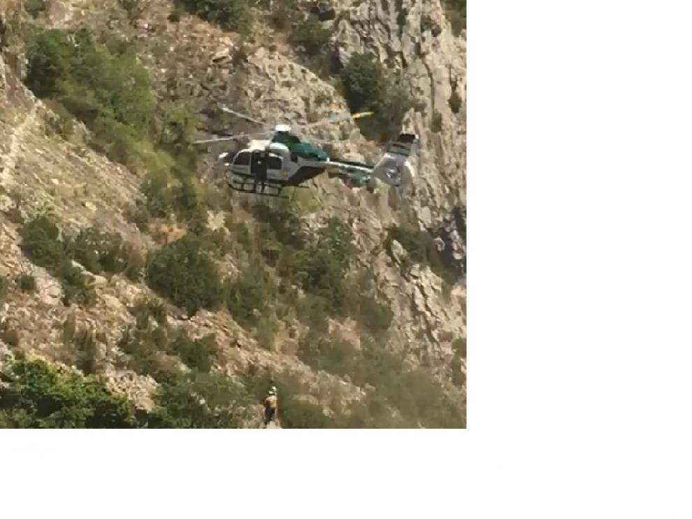 El helicóptero en el rescate del senderista en Alquézar este martes.