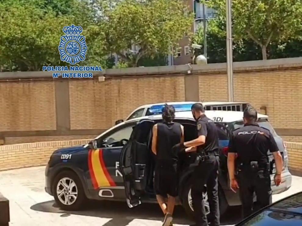 Una patrulla localizó al investigado conduciendo el segundo vehículo sustraído.