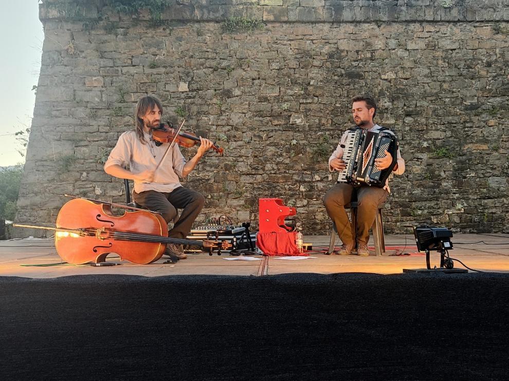 Vegetal Jam en su actuación en el Castillo de Aínsa.
