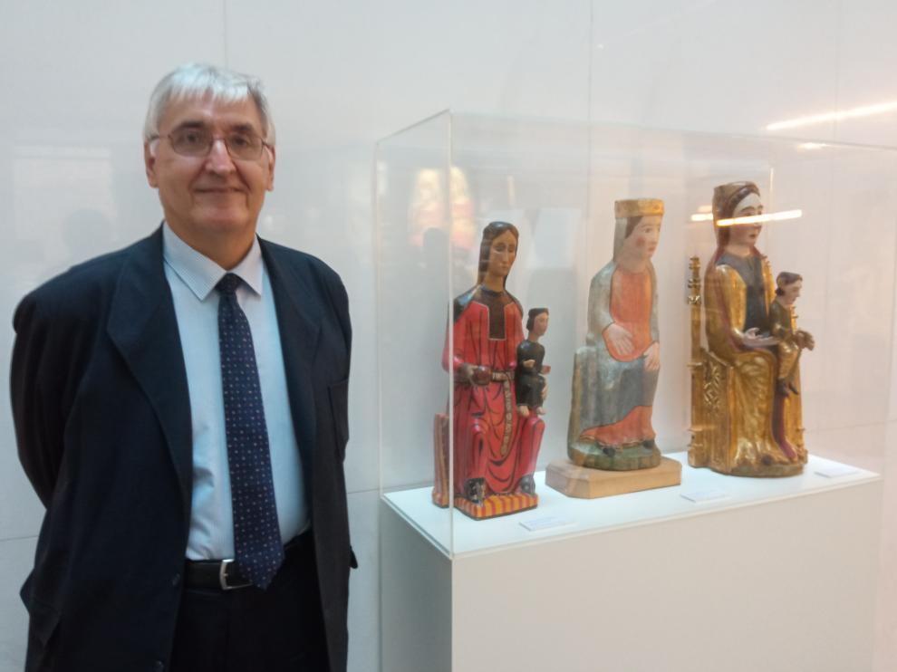 Domingo Buesa junto con las tallas expuestas en el Museo Diocesano