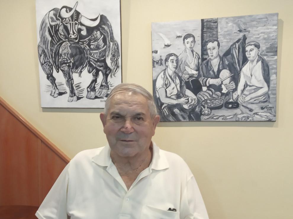 Faustino Banco ante dos de sus obras.