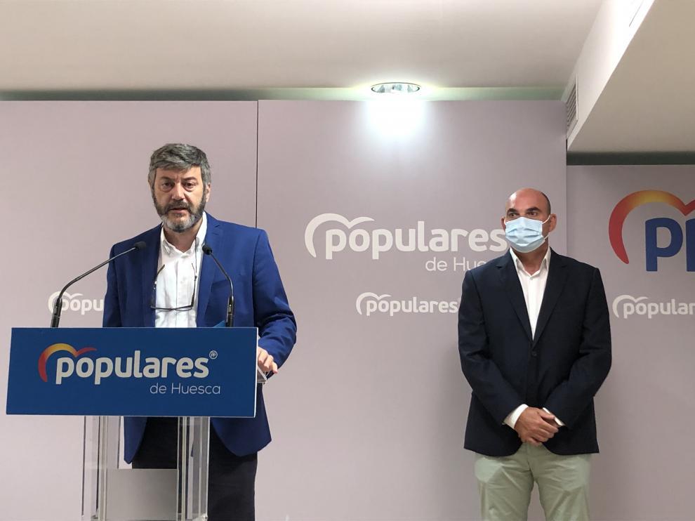 Gerardo Oliván, presidente del PP provincial, junto al diputado autonómico Juan Carlos Gracia, en la rueda de prensa de este miércoles.