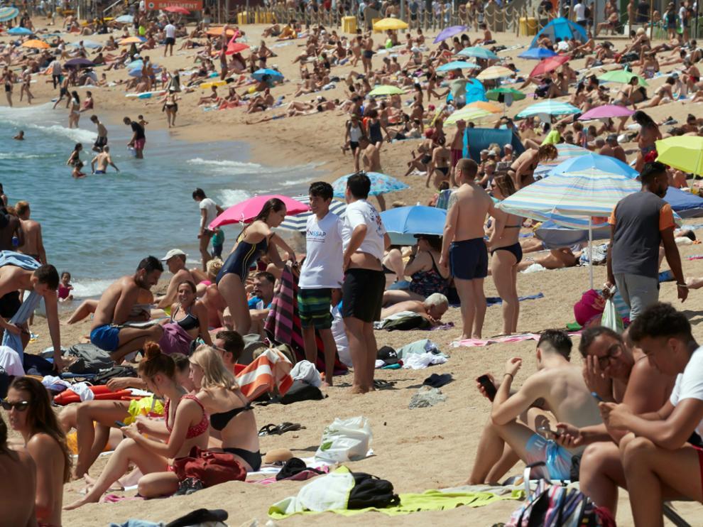 Gran afluencia de publico en la playa de Barceloneta de Barcelona.