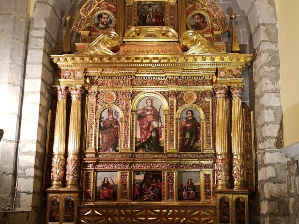 La restauradora Susana Navarro ha llevado a cabo la restauración del retablo de Santa Orosia, en Yebra de Basa.