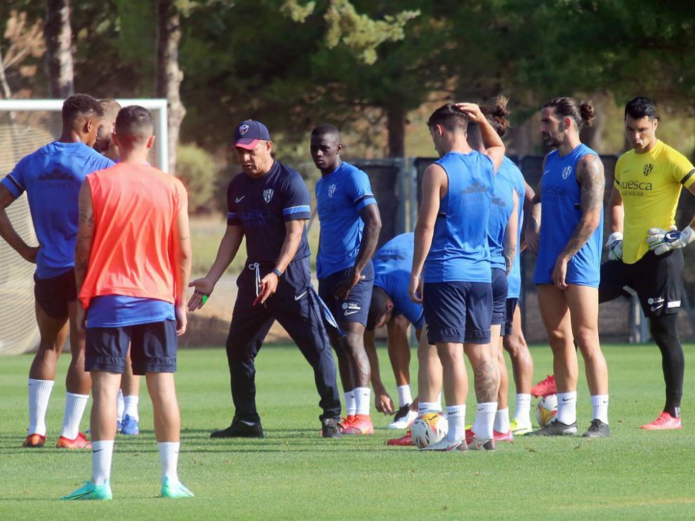 Nacho Ambriz da explicaciones a sus jugadores en el último entrenamiento previo al partido contra el Osasuna.