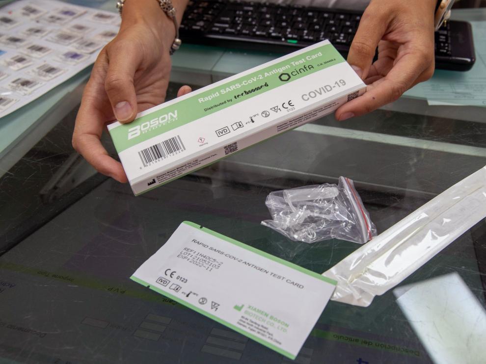 Test de autodiagnóstico de covid abierto en una farmacia.