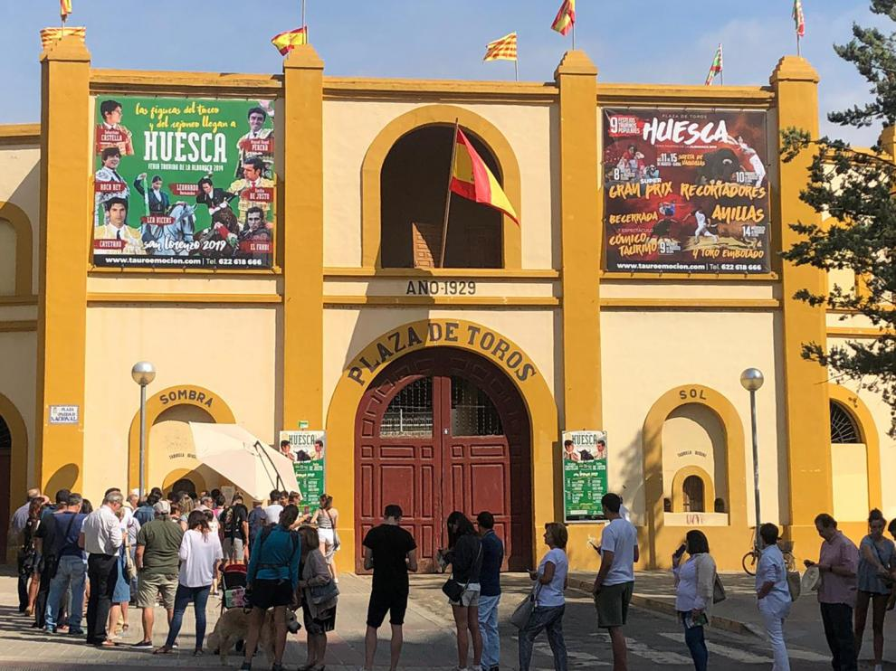 Cola en la venta de localidades para la feria taurina de Huesca de 2019