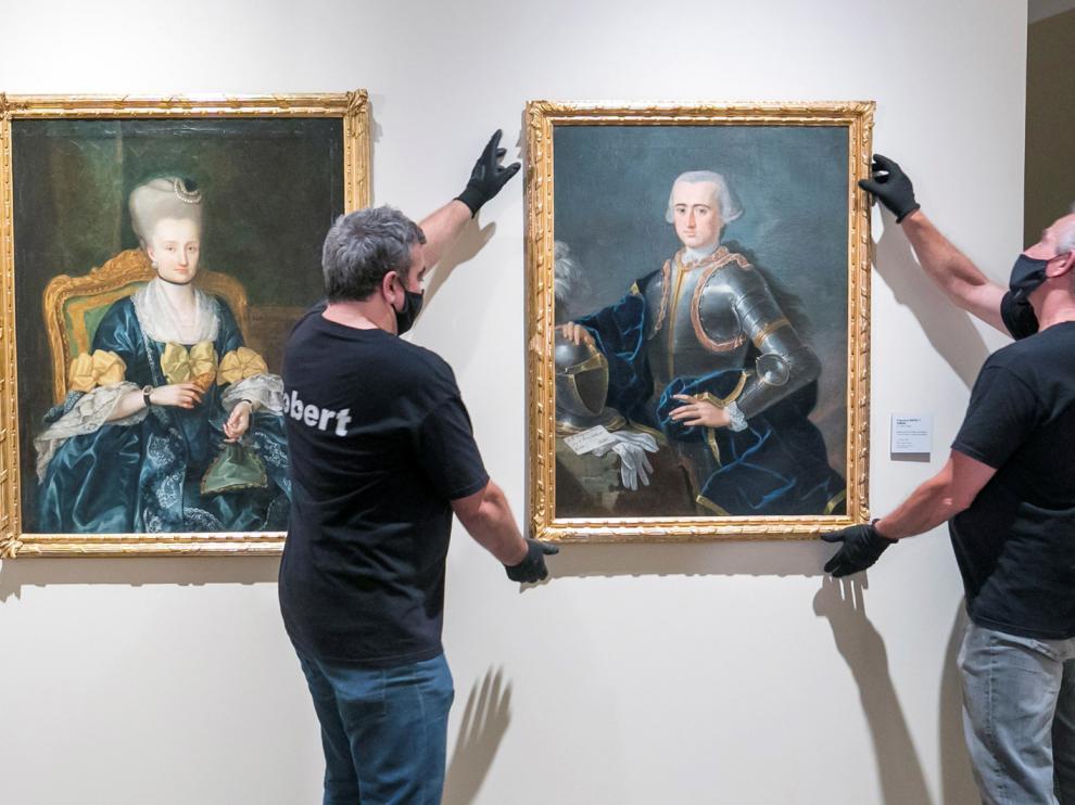 Instalación, este miércoles, de las obras de los hermanos Bayeu en el Museo Goya de Zaragoza