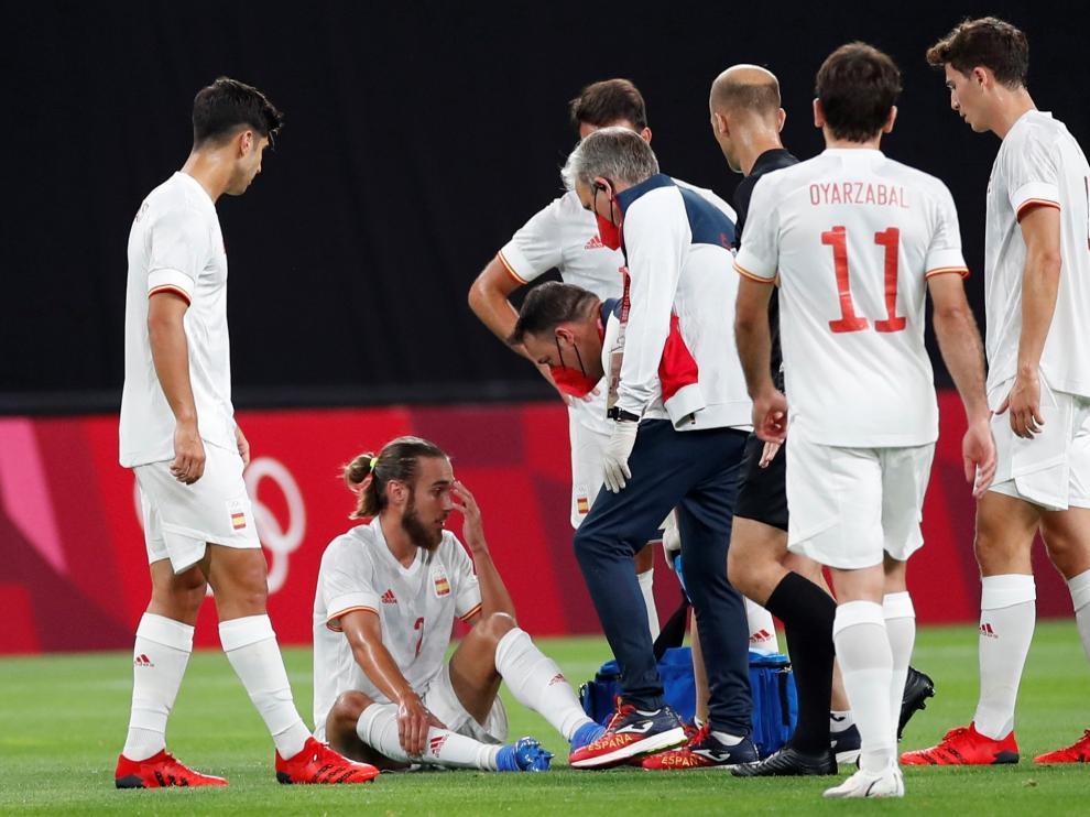 Óscar Mingueza recibe ayuda de las asistencias médicas tras lesionarse durante el encuentro entre las selecciones olímpicas de España y Egipto