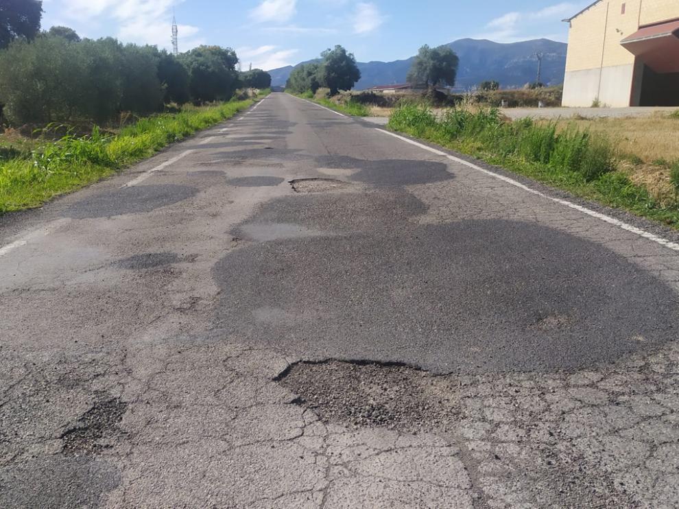 Tramo de la carretera donde se observa el desgaste del asfalto y algunos arreglos