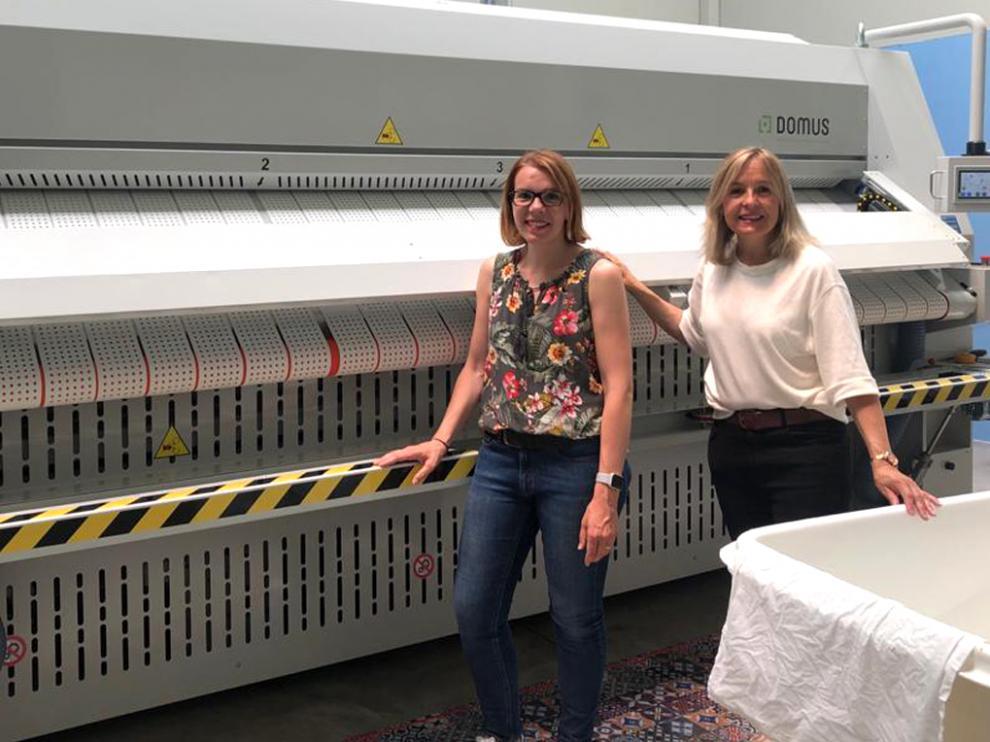 Ana y Elena Puy, junto a las máquinas de su lavandería Naturelinen, en Boltaña