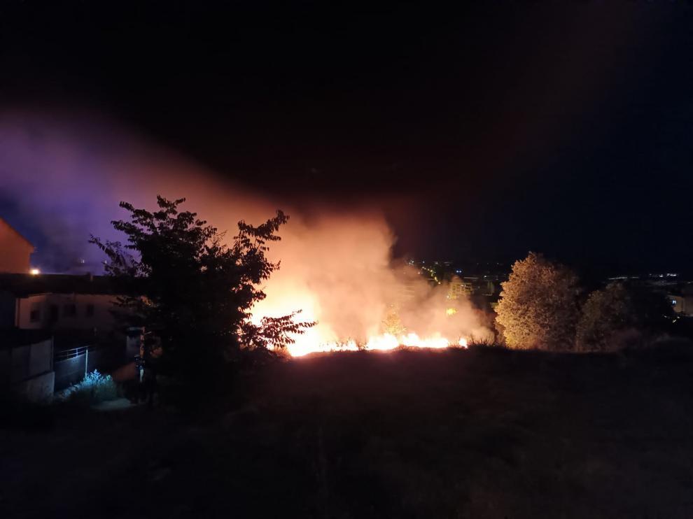 El fuego, cerca de varios edificios de Barbastro
