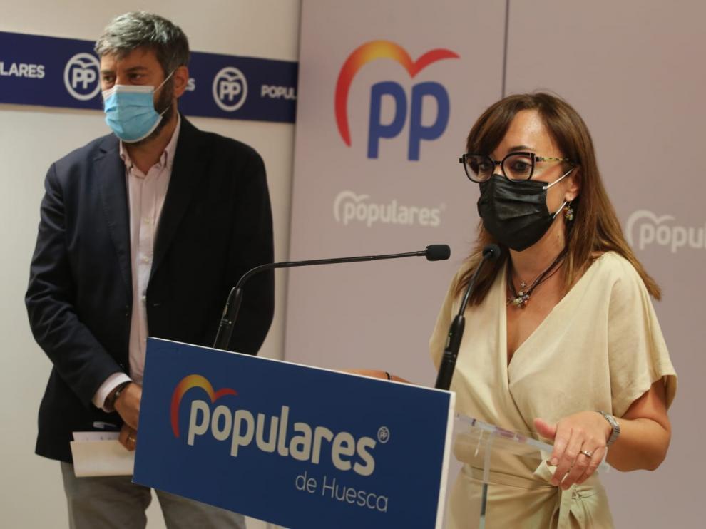 La portavoz municipal, Gemma Allué, y el presidente provincial, Gerardo Oliván, realizan el balance del curso político anual.