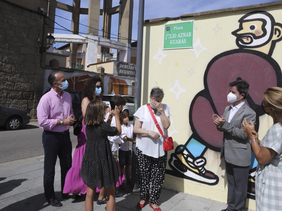 La familia de Julio Aznar, junto al alcalde, tras descubrir la placa que lleva su nombre