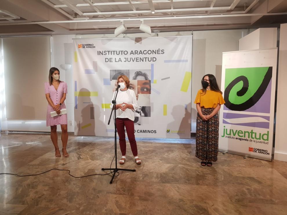 La consejera María Victoria Broto visita el servicio de Asesoría Emocional del IAJ