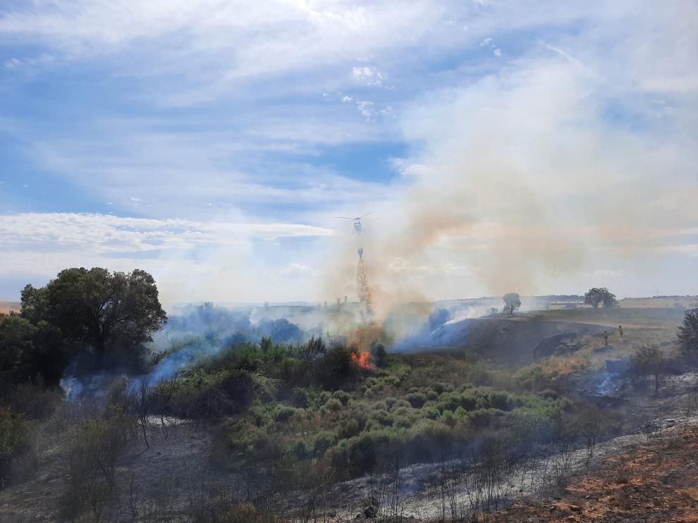 Un helicóptero en las labores de extinción del fuego en el monte de Berbegal.