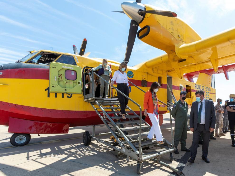 Robles junto con Alegría bajando del hidroavión durante su visita a la UME en Zaragoza