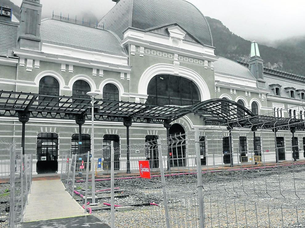 Visita de la fachada principal de la Estación Internacional, que se convertirá en un hotel de 104 habiataciones