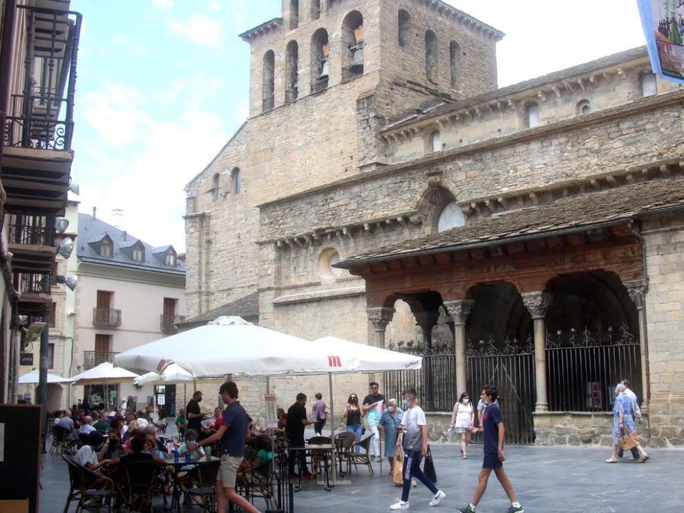 El alcalde de Jaca, Juan Manuel Ramón, opina que el toque de queda no afectará al turismo porque no predomina un perfil de visitante de ocio nocturno