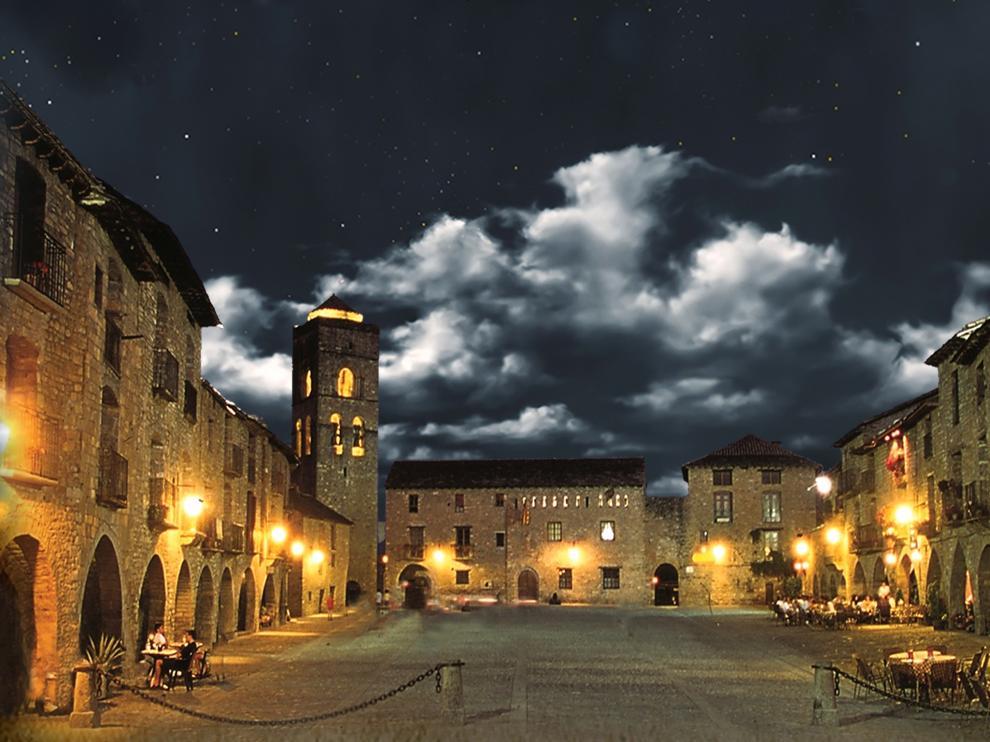 Fotografía nocturna de la Plaza Mayor de Aínsa.