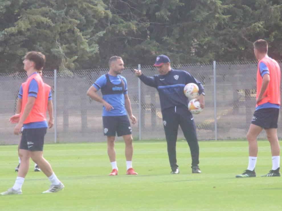 El técnico Nacho Ambriz da instrucciones a Ferreiro en el entrenamiento de este martes