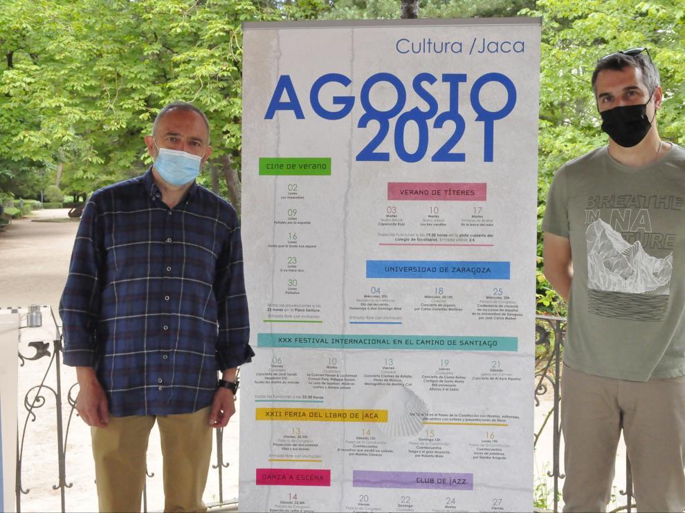 Presentación de la agenda cultural de agosto de Jaca en el quiosco del paseo de la Constitución.