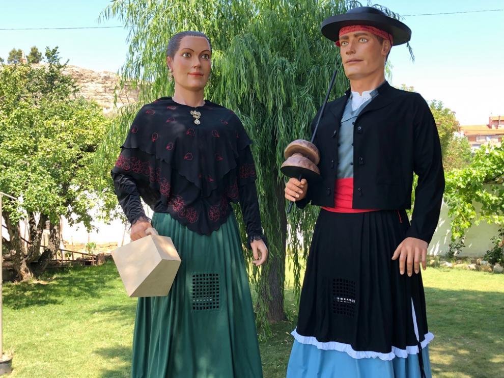 Los dos gigantes de Almudévar representan a los quintos y quintas de la localidad y ya esperan nombre