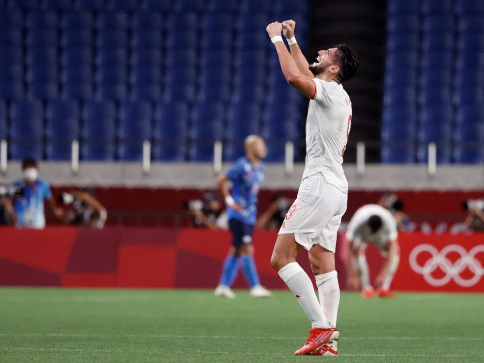 El delantero español y ex del Huesca Rafa Mir celebra la victoria ante la selección anfitriona