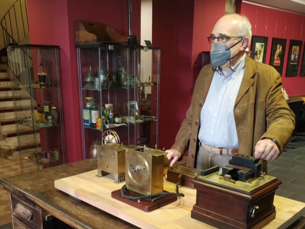 Eugenio López, responsable del museo, en la muestra temporal La modernización de la casa