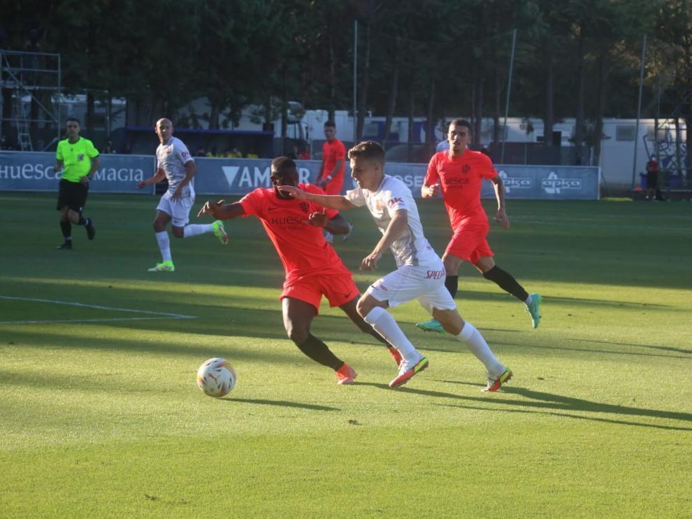 Peñaloza defiende a un jugador mallorquinista en un lance del partido