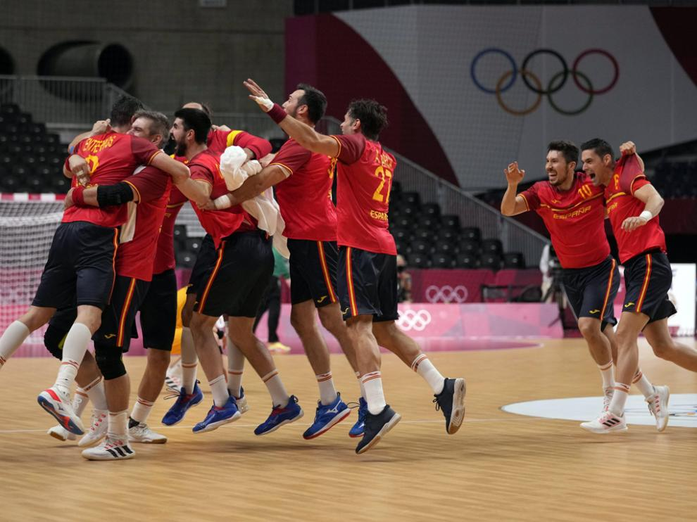 La selección española masculina de balonmano celebra su triunfo ante los suecos en cuartos de final