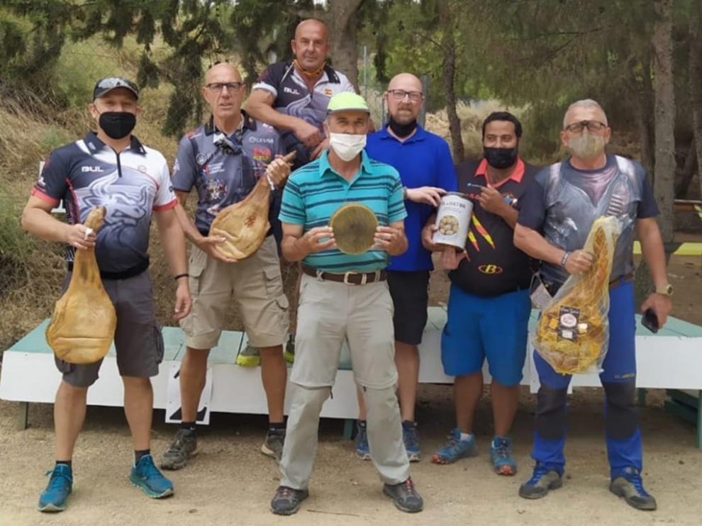 Los tiradores oscenses participantes en el Open de Recorridos, con sus trofeos
