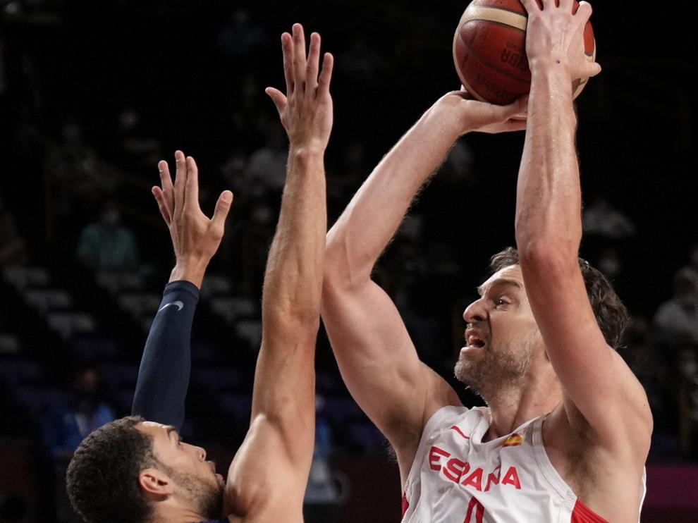 Pau Gasol (R) de España en acción de tiro contra Zach Levine (L) de los Estados Unidos durante los Cuartos de final de baloncesto masculino en los Juegos Olímpicos de Tokio 2020