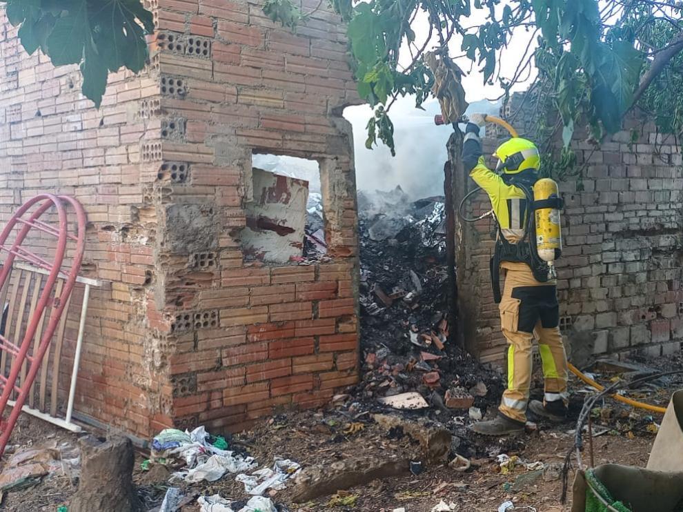 Quinto incendio en la zona de El Terrero de Barbastro, donde se ha quemado un corral.