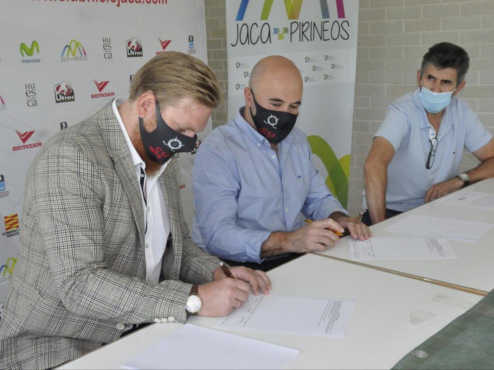 Morten Kjølby, Antonio Betrán y José Antonio Rivero, firmando el contrato del nuevo entrenador, en el pabellón de hielo de Jaca