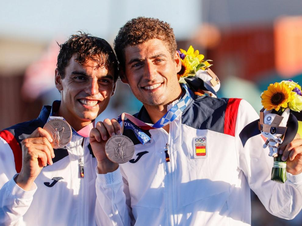 Los españoles Jordi Xammar y Nicolás Rodríguez, tras ganar la medalla de bronce en el 470