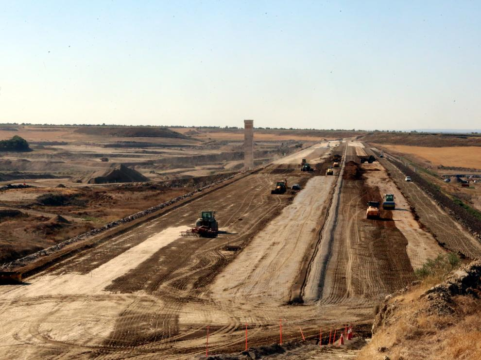 Trabajos de construcción el dique oeste del embalse de Almudévar.