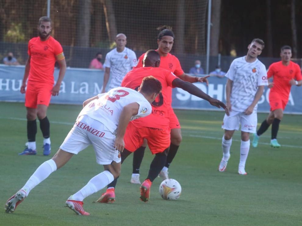Seoane y Pulido observan a Peñaloza con la pelota durante el choque ante el Mallorca