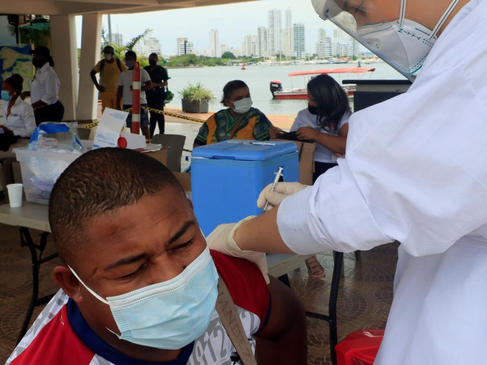 Un hombre recibe una dosis de la vacuna contra la covid-19 hoy, en Cartagena (Colombia)