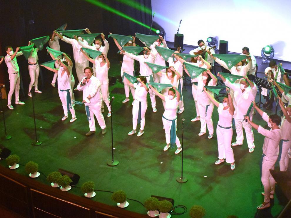 Vestidos de blanco y verde, los miembros de Emociones a la Carta y Alborozo en el espectáculo Cuando vuelva San Lorenzo