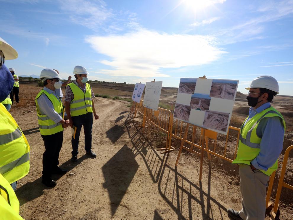 Autoridades durante la visita a las obras de construcción del embalse de Almudévar.