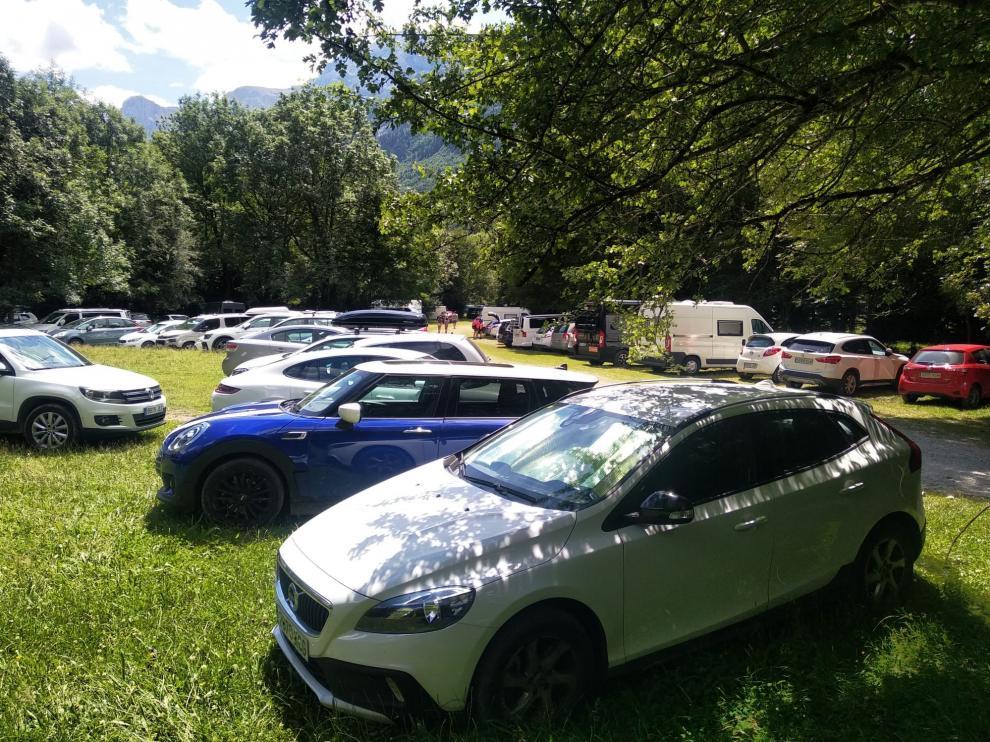 El parquin de Pineta llegó a acumular más de 480 coches en las horas centrales del día.