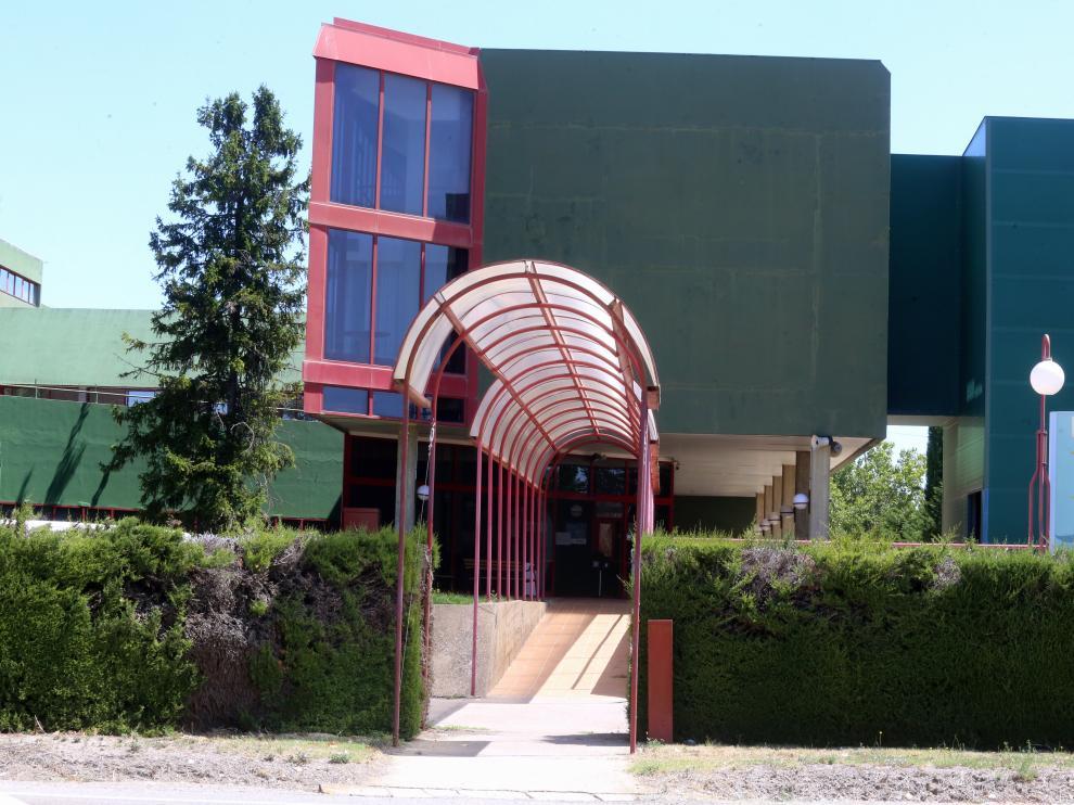 Fachada de la Residencia Ciudad de Huesca, uno de los 17 centros altoaragoneses con brote abierto.   foto pablo segura    5 -8 - 21