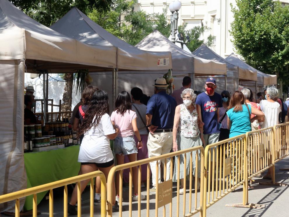 Por la mañana la gente ha comenzado a acercarse a las carpas de la Plaza Navarra, la calle Fatás y el Coso